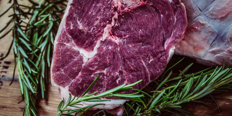 Die Familienmetzgerei Stettler in Schüpfen hat nebst dem klassischen Fleischsortiment auch 62 verschiedene Bratwurstsorten sowie rund 20 Rohwürste in ihrem Sortiment. Das Fleisch stammt aus artgerechter Haltung und wird selbst geschlachtet.