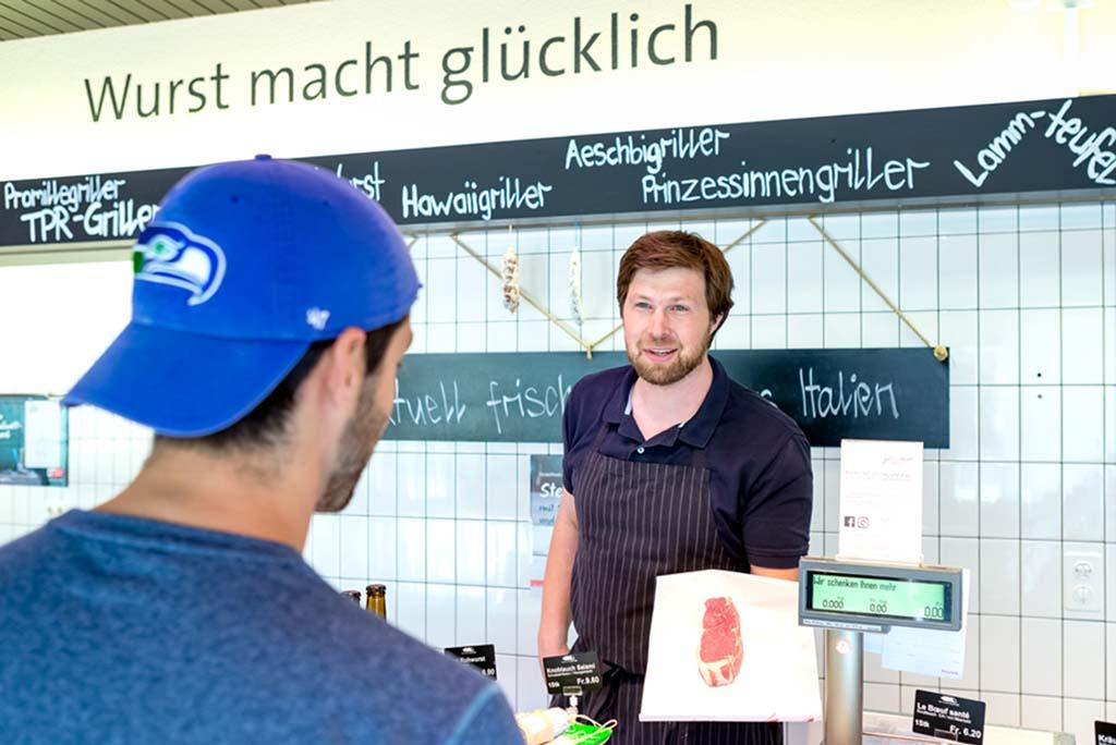Präsentation des frisch geschnittenen Entrecôte dem Kunde in der Metzgerei Stettler in Schüpfen.